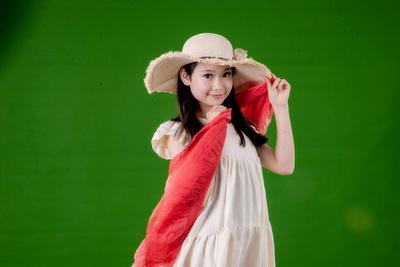 绿色背景拍摄的可爱女孩儿童人物图片素材23p
