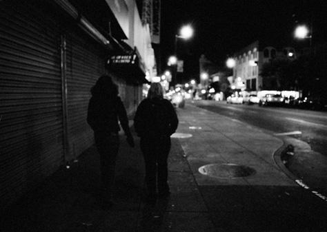 高清夜色城市街头两人背影城市夜景摄影图片素材下载