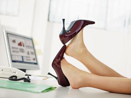 把脚翘在桌上的高跟鞋办公室美女素材高清图片下载