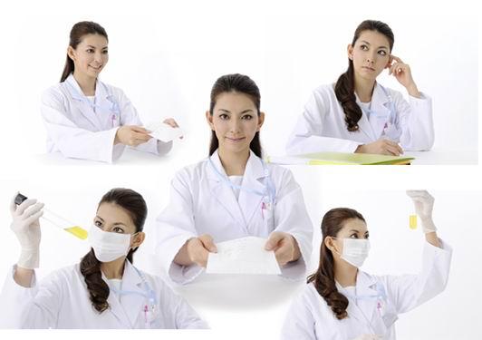 白底戴口罩手套拿试管检验穿白大褂微笑的卷发美女