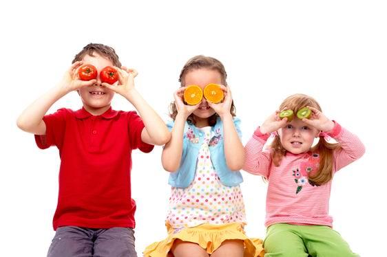 白背景拿水果当眼睛的外国小孩素材高清图片下载