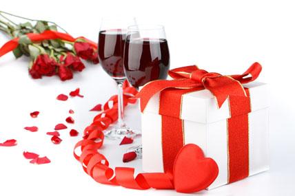 两杯红酒与礼物素材高清图片下载