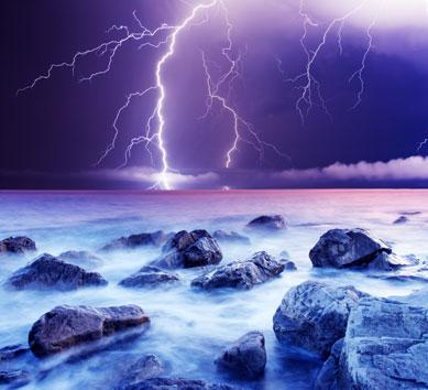 梦幻蓝色大海边的闪电风景图片高清