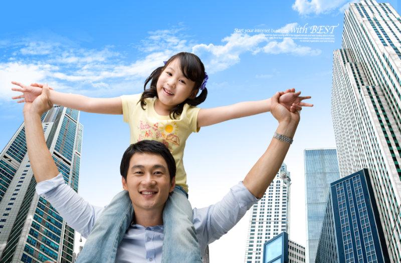 蓝天白云城市建筑背景坐在爸爸肩膀上的女儿p