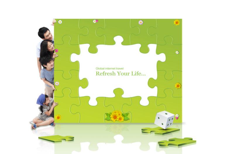 可爱的绿色拼图背景从墙后探出头的四口之家人物psd