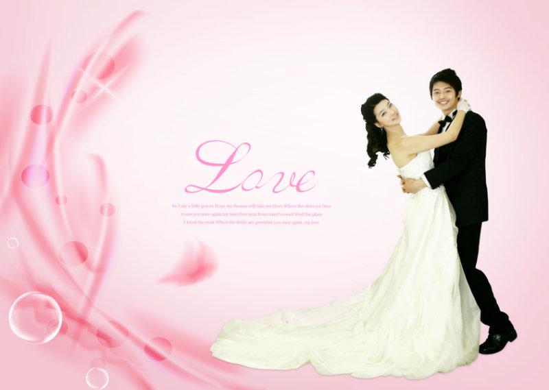 简单的粉红花纹背景love艺术文字拥抱的新人婚纱相册psd模板