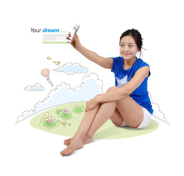 可爱卡通背景拿着手机自拍的美女人物psd素材下载