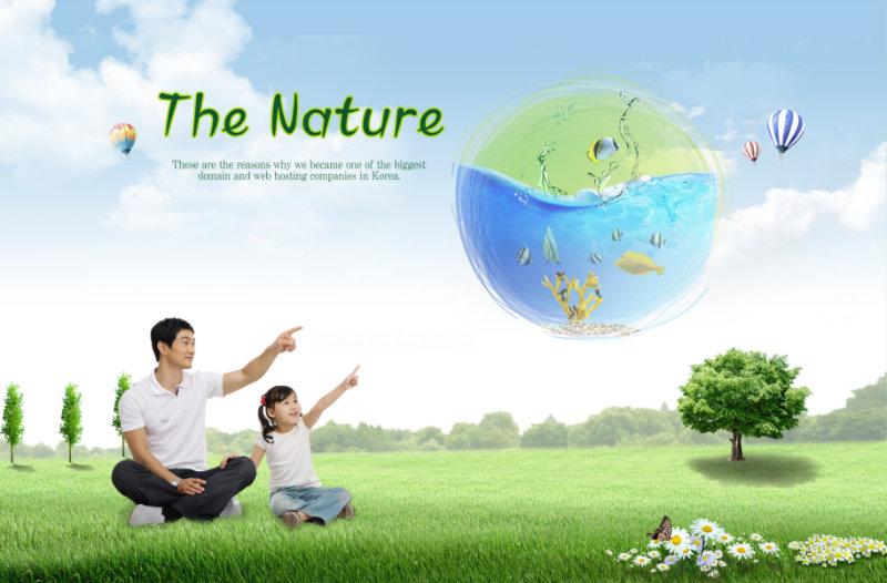 蓝天白云背景坐在草地上指向天空的父女人物图片psd