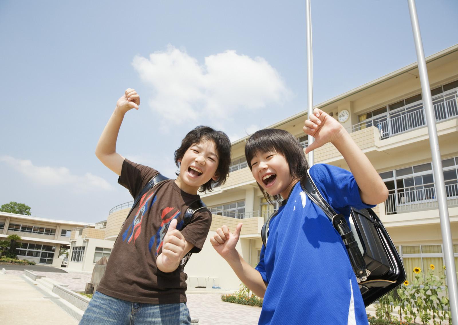 在学校操场上开心玩耍的小学生人物图片素材(51p)