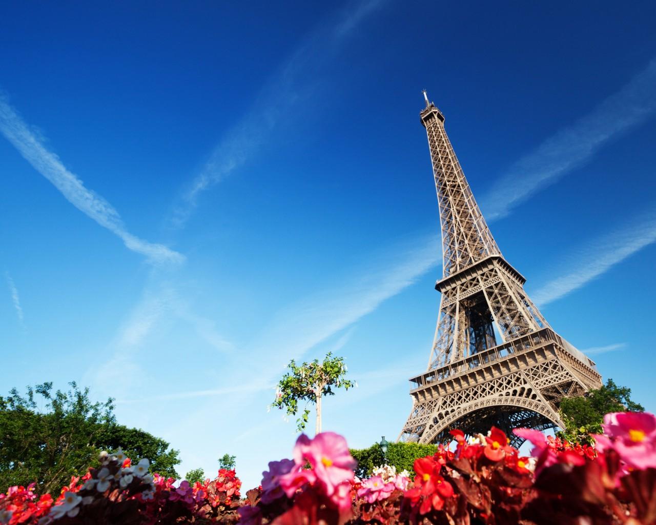 埃菲尔亲手将法国国旗升上铁塔的300米高空