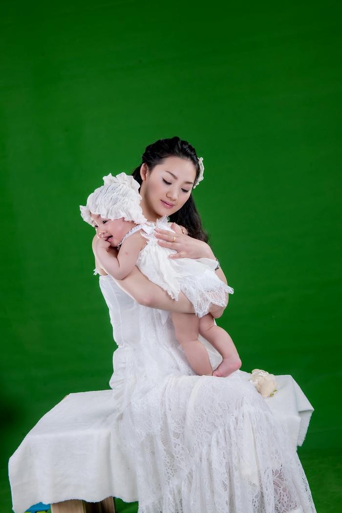 抠图练习好素材绿色背景拍摄的百日宝宝亲子原片22p
