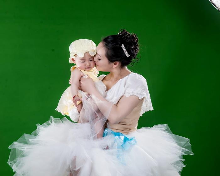 黑白图库: 抠图练习好素材绿色背景拍摄的百日宝宝亲子原片22p