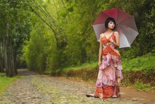 郊外小路上打伞的美女高清图片素材下载
