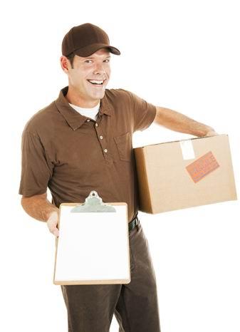 高清白底手拿货物和签收单的男快递员素材图