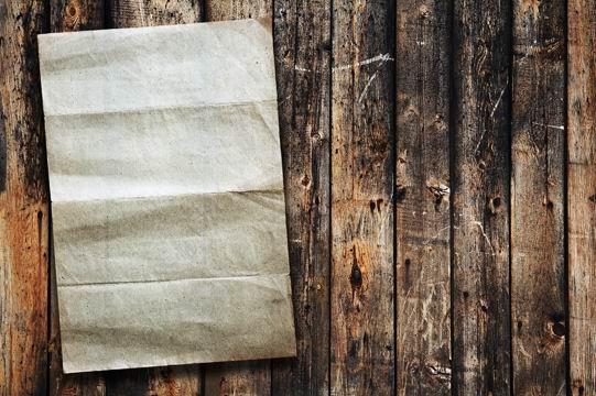 高清木板上折过的陈旧发黄的白纸纹理背景素材图片下