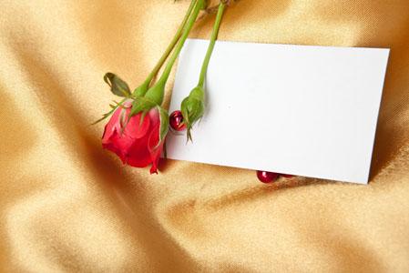 丝绸上的红玫瑰与贺卡情人节素材高清图片下载