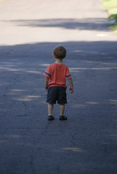 马路上行走的欧洲小孩背影高清图片素材下载